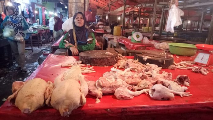 Pedagang daging ayam pasar tradisional